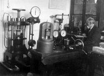 Universiteto statybinių medžiagų atsparumo laboratorija II-uosiuose rūmuose, 1927 m.