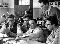 Prof. Kazimieras Baršauskas su aspirantais ultragarso probleminėje laboratorijoje, 1955 m.