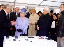 """Didžiosios Britanijos karalienė Elžbieta II Lietuvos mokslo pasiekimų parodoje apžiūri Kauno technologijos universitete sukurtus pjezoelektrinius robotus ir """"protingus"""" žaislus, 2006 m."""
