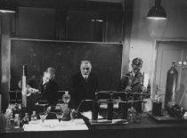Prof. Petras Juodakis su laborantais neorganinės ir analitinės chemijos laboratorijoje, 1935 m.