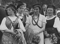 """Studentų korporacijos """"Vilnija"""" narės tradicinėje šventėje Kernavėje, 1936 m. gegužė. (Originalas – Vytauto Didžiojo karo muziejuje)."""
