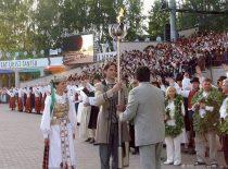 """KTU tautinio meno ansamblis """"Nemunas"""" festivalyje """"Gaudeamus"""" Tartu, 2006 m. (R. Misiukonio nuotr.)"""