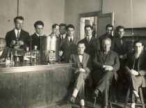 Head of the Organic Technology Department prof. Jonas Šimkus (in the centre) with laboratory staff (on the left – Jurgis Vidmantas), 1928.