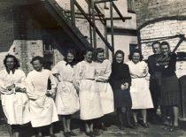 Cheminės technologijos fakulteto V kurso studentai prie duonos fabriko, 1950 m.