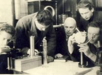 Maisto pramonės specialybės V kurso studentai laboratorijoje su dėstytoju Viktoru Malėjinu, 1950 m.