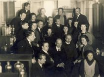 Prof. A. Purėnas su studentais Universiteto Organinės chemijos laboratorijoje, 1927 m.