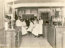 Prof. Antanas Purėnas su studentais Universiteto Organinės chemijos laboratorijoje, 1925 m.