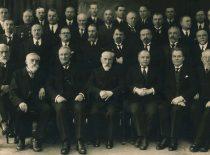 Technikos fakulteto mokslo personalas, 1932 m. Pirmoje eilėje (iš kairės): prof. J. Šliogeris, prof. P. Jankauskas, prof. J. Šimkus, prof. P. Jodelė, prof. K. Vasiliauskas, doc. J. Šimoliūnas, prof. P. Čechavičius. Antroje eilėje: prof. S. Kolupaila, vyr. asistentas V. Verbickis, doc. J. Jankevičius, doc. V. Gorodeckis, doc. T. Šulcas, doc. J. Čiurlys, prof. M. Songaila, prof. V. Mošinskis. Trečioje eilėje: vyr. asistentas J. Gabrys, prof. S. Dirmantas, doc. E. Dobkevičius, doc. J. Mašiotas, doc. P. Morkūnas, prof. S. Grinkevičius, vyr. asistentas L. Gimbutas, jaunesn. asistentas K. Krikščiukaitis, vyr. asistentas Z. Novickis. Ketvirtoje eilėje: jaunesn. laborantas M. Baublys, vyr. asistentas M. Spiridavičius, vyr. laborantas J. Jankauskas, jaunesn. laborantas V. Mačiūnas, laborantas J. Vidmantas, technikas J. Šivickas, jaunesn. laborantas R. Baublys