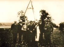 Lecturers of the Faculty of Mathematics and Natural Sciences at the site of the Institute of Physics and Chemistry in Aleksotas, 1925. From the left: prof. O. Folkas, prof. T. Ivanauskas, H. Ivanauskienė, prof. F. Butkevičius, prof. V. Čepinskis, S. Žemaitienė, prof. M. Kaveckis, assoc. prof. M. Tomašauskas, prof. L. Vailionis, prof. Z. Žemaitis.