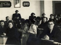Students of chemistry in the lecture, 1950. Standing: R. Baltrušis. (Original is in the archive of prof. R. Baltrušis)