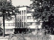 Cheminės technologijos fakulteto rūmai, 1935–1940 m. buvusi Krašto apsaugos ministerijos Ginklavimo valdybos tyrimų laboratorija, 1940 m. rugpjūčio 23 d. pulkininko Juozo Vėbros iniciatyva perduota Kauno universitetui . Architektas Vytautas Landsbergis-Žemkalnis.