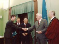 Diplomų įteikimo iškilmės auloje, 2003 m. Nuotraukoje: premjeras A. M. Brazauskas įteikia diplomą magistrui Ž. Kulėšiui, šalia stovi rektorius prof. R. Bansevičius, dekanas prof. Z. Beresnevičius ir B. Lubys.