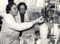 Prof. V.Zelionkaitė ir doc. Z.Martynaitienė laboratorijoje, 1989 m.
