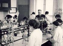 Prof. Jonas Zigmas Venskevičius with students in the laboratory, 1975.