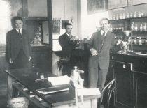 Technikos fakulteto Organinės technologijos laboratorija. Kairėje – jaunesnysis laborantas J. Vidmantas, 1927 m.