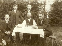 Lithuanians from Lithuania Minor are visiting Martynas Jankus (sitting in the centre) in Bitėnai, 1906. (Original is in KTU Library)