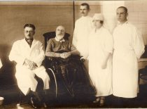 Prof. Jonas Jablonskis with doctor Jonas Brundza and hospital personnel at the War Hospital, 1923. (Original is in KTU Library)