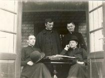 Kunigai spaudos draudimo metais puoselėję lietuvių kalbą. Iš kairės: Povilas Korzonas, Juozas Tumas, Jonas Vizbaras, Domininkas Tuskenis. Darbėnai, 1908 m. (Originalas – KTU bibliotekoje)