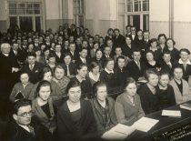 Prof. J. Tumas-Vaižgantas su studentais Lietuvos universiteto auditorijoje, 1924 m. (Originalas – KTU bibliotekoje)