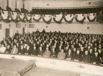 Lietuvių konferencija Vilniuje, įvykusi 1917 m. rugsėjo 18–20 d. Konferencijoje išrinkta Lietuvos taryba 1918 m. vasario 16 d. pasirašė Lietuvos valstybės atkūrimo aktą. Nuotraukoje salės vaizdas. (A. Jurašaitytės nuotr.) (Originalas – KTU bibliotekoje)