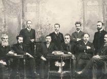 Lietuvių mokslo draugijos valdyba 1911–1912 m. Iš kairės: Juozas Kairiūkštis, Antanas Smetona, Juozas Balčikonis (stovi), svečias prof. Augustas Niemi, Zigmas Žemaitis (stovi), Jonas Basanavičius, Mykolas Biržiška (stovi), Antanas Vileišis, Jurgis Šlapelis (stovi), Jonas Vileišis. (Originalas – KTU bibliotekoje).