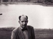 """1957 m. A. Damušis įsteigė JAV lietuvių jaunimo stovyklą """"Dainava"""" ir jai kelis dešimtmečius vadovavo. Nuotraukoje: A. Damušis """"Dainavos"""" teritorijoje. (Iš A. Damušio šeimos archyvo)"""