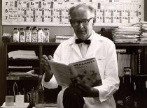 """Damušis su jo redaguota knyga """"BASF Wyandotte"""" chemijos bendrovėje Detroite, 1967 m. (Iš A. Damušio šeimos archyvo)"""