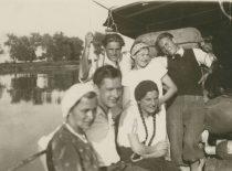 """A. Damušis su ateitininkais garlaivyje prof. P. Dovydaičio suorganizuotos """"Gamtos draugo"""" ekskursijos metu, 1932. (Iš A. Damušio šeimos archyvo)"""