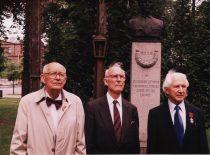 Antinacinės ir antisovietinės rezistencijos dalyviai A. Damušis, P.Narutis, J. A. Antanaitis Karo muziejaus sodelyje, 2001 m. (Iš A. Damušio šeimos archyvo)