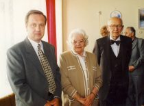 KTU prof. R. Šiaučiūnas su Jadvyga ir Adolfu Damušiais, 1996 m. (Iš KTU Cheminės technologijos fakulteto metraščio)