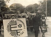 Students of the Faculty of Engineering Economics at the procession of KPI 9th festival, 1975.
