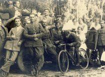 J. Nemeikša with friends from the army and singer Kipras Petrauskas, 1925.