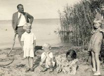 J. Nemeikša with the Nasvyčiai family.